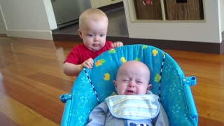 Baby's priceless reaction after scaring younger cousin - Video