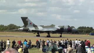 Avro Vulcan B2 Flying Display - RIAT 2010, RAF Fairford - Video