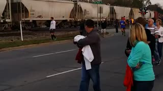 Train interrupts marathon race in Indiana - Video