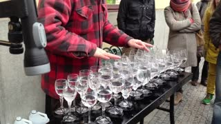 Unreal street artist plays 'Hallelujah' with crystal glasses - Video