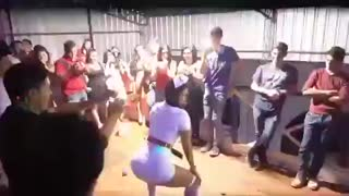 Show de strip é interrompido por namorada ciumenta - Video