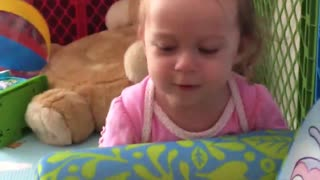 Twin baby girls struggle to move their couch like two movers - Video
