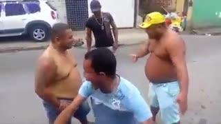O bar que promove brigas de barriga - Video