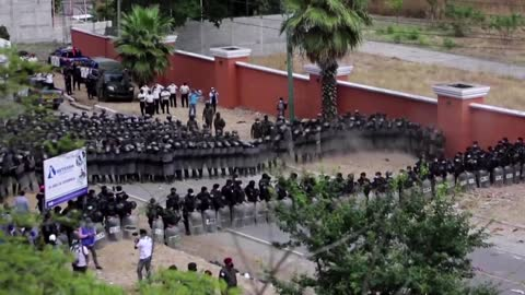 Guatemalan forces clash with U.S.-bound migrants