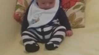Adorable baby discovers feet for first time - Video