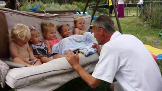 Grandpa entertains all his grandchildren - Video