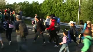 Hungarian police pepper spray migrants at border town - Video