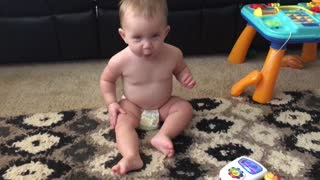 Adorable baby dances to music - Video