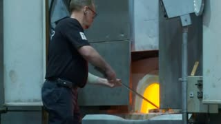 Glassblowers show breathtaking skills - Video