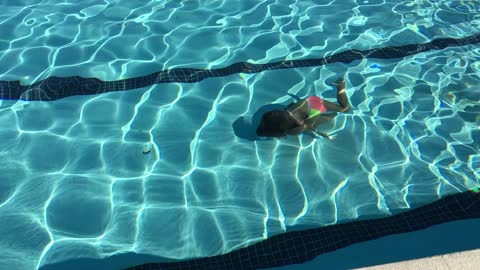 Little girl incredibly swims length of pool underwater
