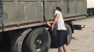 Angry truck driver unloads grain - Video