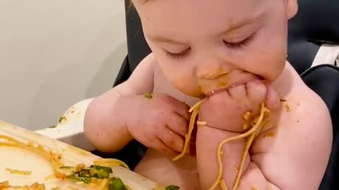 Baby's first spaghetti experience is an adorable success