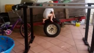 Toddler displays impressive gymnastic skills - Video
