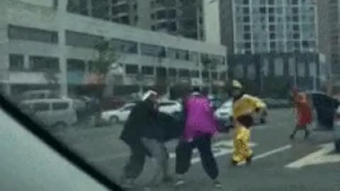 4 teachers and students's Tang Monk being beaten for cars banging doors