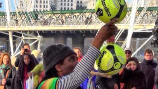 Amazing street performer balancing act in London - Video