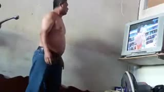 Man Dramatically Reacts to Boxing Match - Video