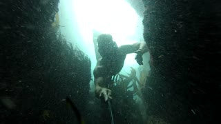 Divers conquer infamous double underwater cave - Video