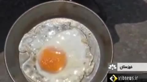 Frying eggs on asphalt in Ahvaz
