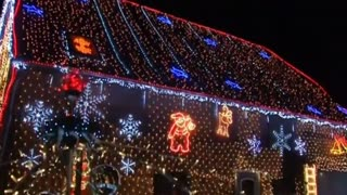 German house sparkles with over 400,000 Christmas lights - Video