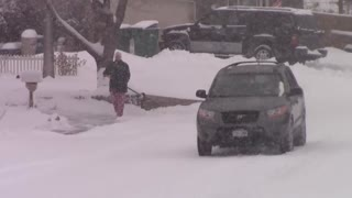 Heavy snow makes it difficult for driving in Colorado Springs, CO - Video