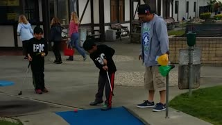 Family fun on the masters mini golf course - Video
