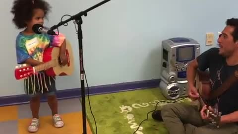 Dad & daughter adorably sing the ABC song