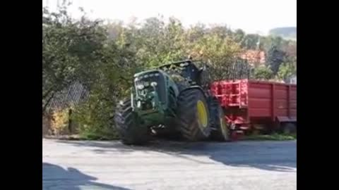 Crash John Deere Tractor - heavy trailer
