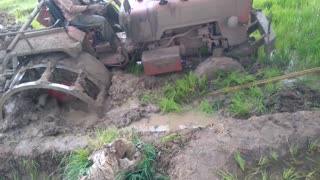 How to remove a tractor from mud pitt  - Video