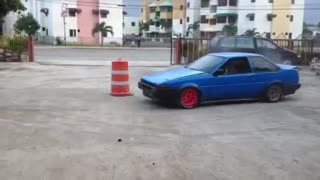 Toyota AE86 (Trueno) - Doing circles (Drift) - Video
