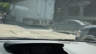 Guy Makes People Smile By Playing Rock Paper Scissors In Traffic - Video