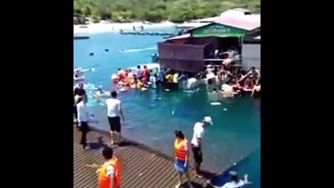 floating restaurant collapsed in Ninh Thuan, Vietnam 300 people crashed into the sea