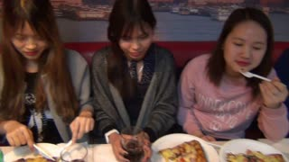 Mannequin challenge: Dinner with friends edition