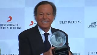 Julio Iglesias Receives 'Most Successful Latin Artist' Award - Video