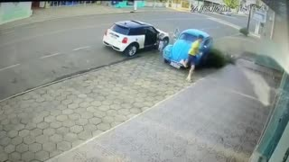 VW Beetle Vs. Mini Cooper - Video