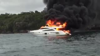 Luxury boat catches on fire in Sydney Harbour - Video