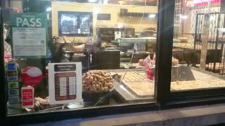 Mice invade pastry shop in Toronto - Video
