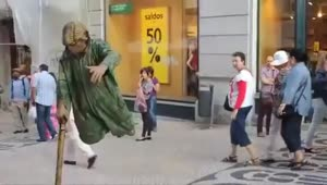 Street performer levitates for passing tourists - Video