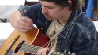 Guy makes guitar mastery seem completely effortless - Video