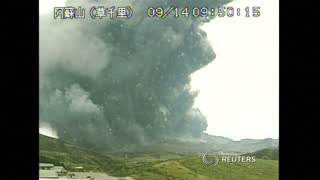 Japan volcano eruption caught on camera - Video