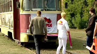 Female powerlifter pulls tram for record attempt - Video