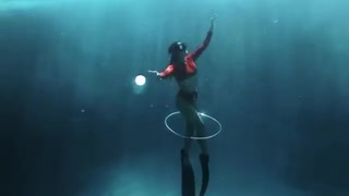 Talented diver swims through her own air bubble