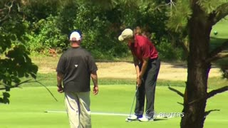 Obama crosses paths with Bill Clinton on golf course - Video