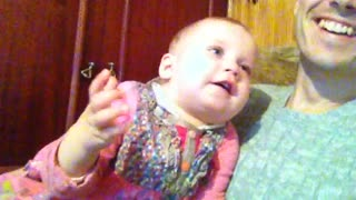Baby says bye-bye and blows kisses to guests - Video