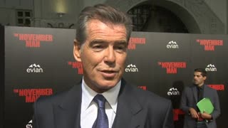 "Pierce Brosnan pays tribute to late actor Robin Williams at ""Novemeber Man"" premiere - Video"
