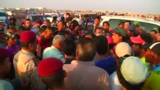 Protesters block traffic to Iraq port - Video