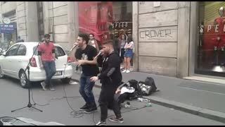 Mind-blowing beatboxers dazzle spectators on the streets of Rome - Video