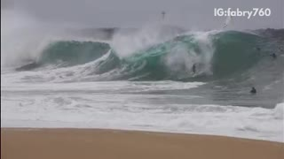 Huge wave knocks down surfers  - Video