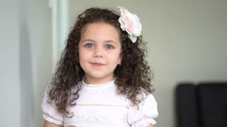 Incredibly Talented 5-Year-Old Sings 'Tomorrow' From Annie - Video