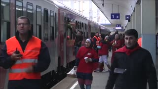 More migrants leave Vienna for Munich by train - Video