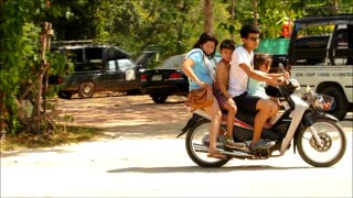 Entire family rides on a scooter - Video